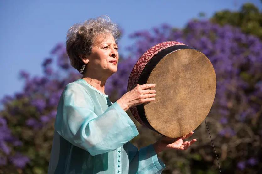 Par les temps qui courent : Houria Aïchi : «Je descends d'une chaîne de femmes chantantes»