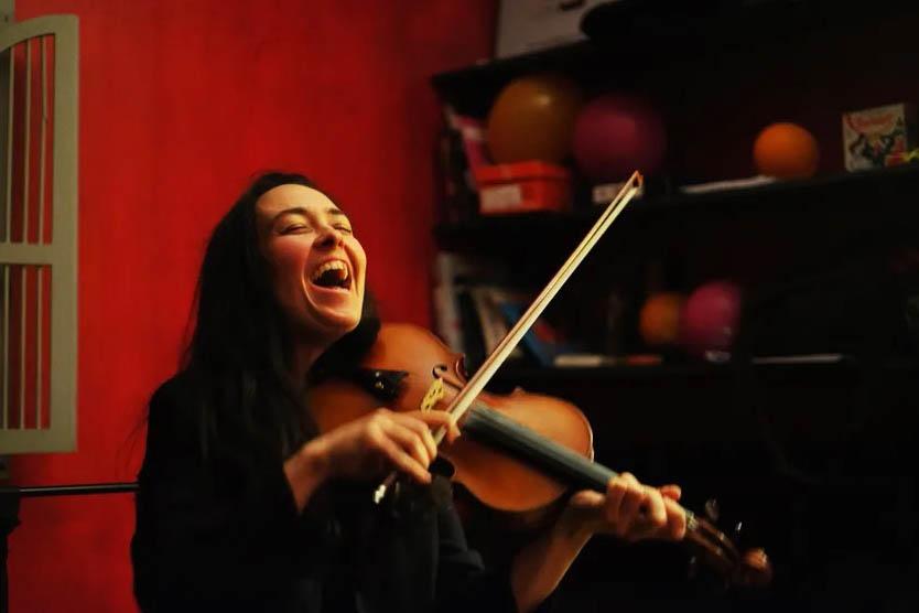 Par les temps qui courent : Perrine Bourel : «Avec le violon on peut aller jouer à l'intérieur du son»